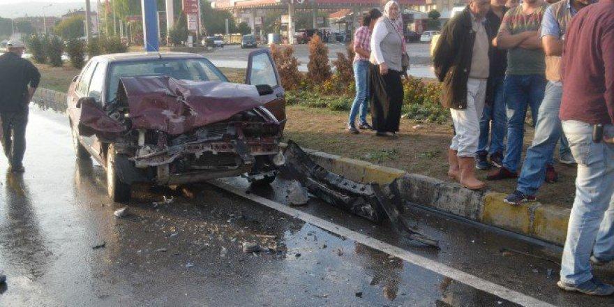 Manisa'da Bir Otomobil Duran Minibüse Çarptı