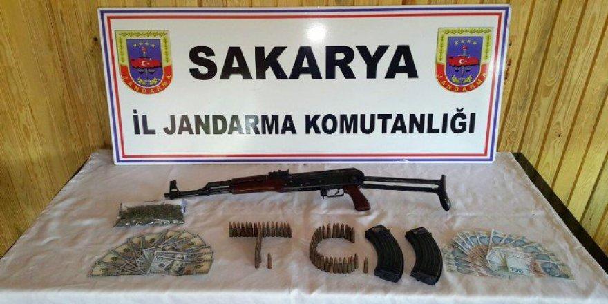Sakarya'da Jandarma Ekipleri Kalaşnikof ve Uyuşturucu Madde Ele Geçirdi