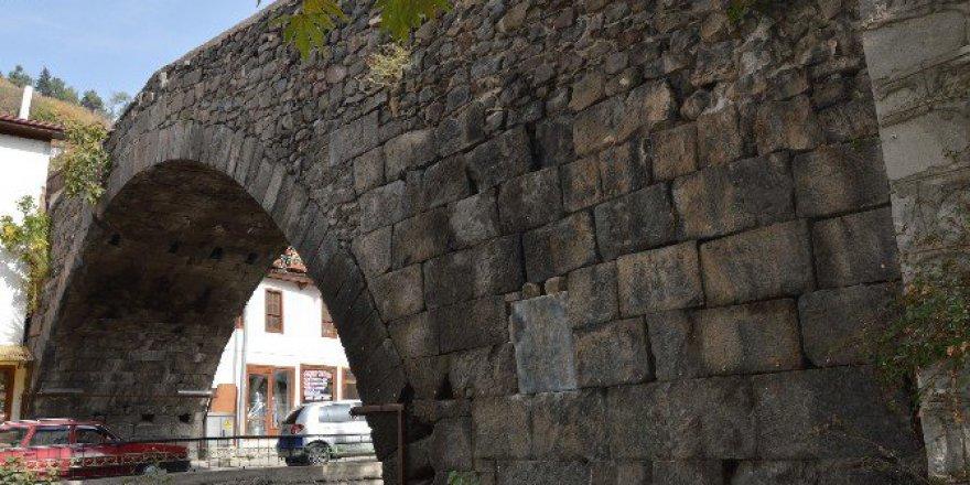 Tarihi Leylekli Köprüden Taş Çalan Zanlılar Yakalandı