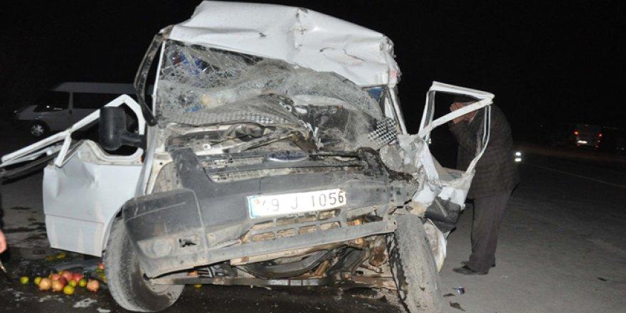 Muş-Bingöl Karayolu'nda yolcu minibüsü traktöre çarptı: 14 yaralı