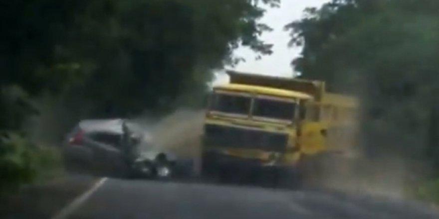 Hindistan'da otomobille kamyon kafa kafaya çarpıştı