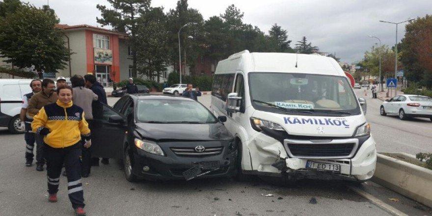 Bilecik'te Kaza Yapan Minibüsü Meraklı Öğrenciler Kurtardı