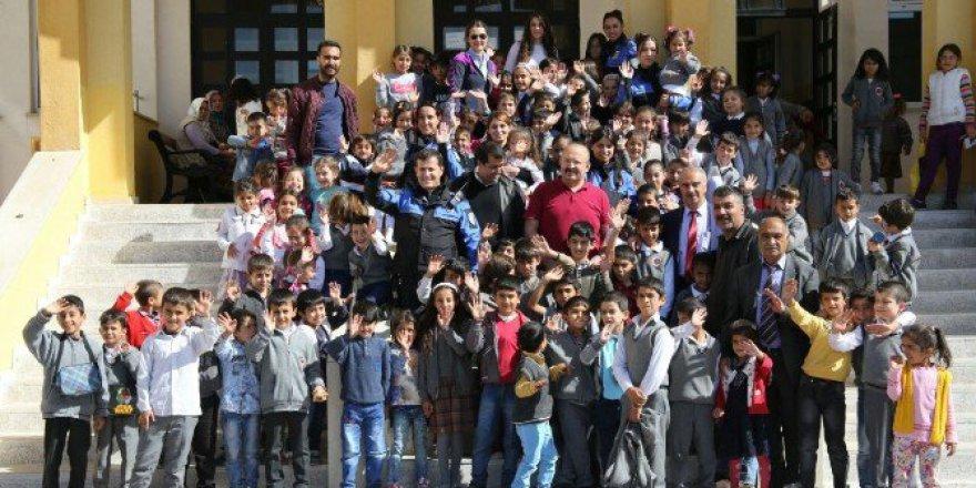Van Emniyet Müdürlüğü'nden 700 Öğrenciye Giyim Yardımı