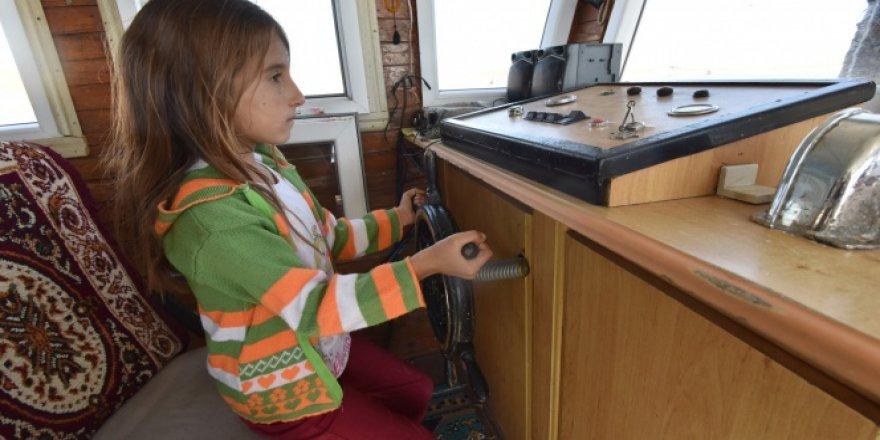 Yaşıtları oyuncakla oynarken o tekne kullanıyor