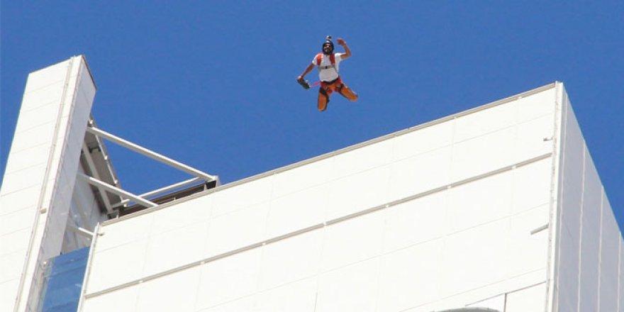 İzmir'in göbeğindeki 175 metre yükseklikteki kuleden paraşütle atladı