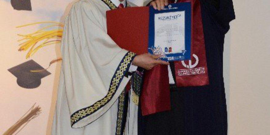 80 Yaşındaki Mehmet Yarenoğlu Üniversiteden Mezun Oldu
