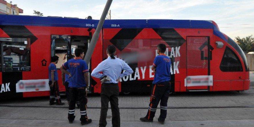Antalya'da Meydan-Fatih Seferinde Tramvay Raydan Çıktı: 1 Yaralı