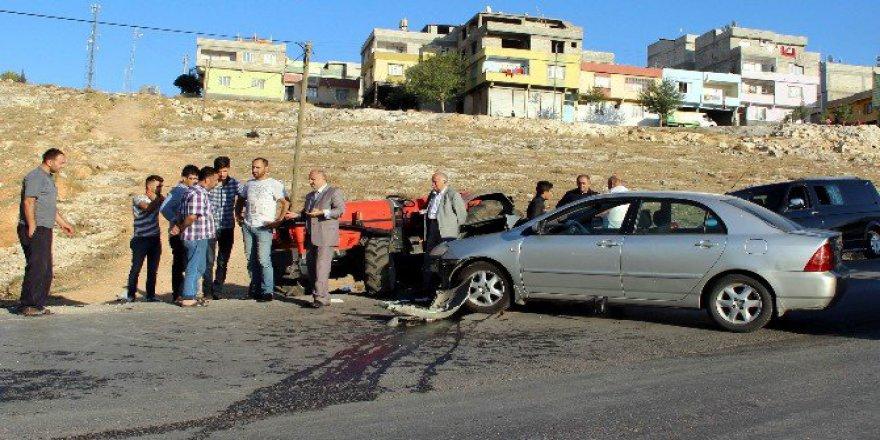 Gaziantep'te Otomobil Traktöre Çarptı: 4 Yaralı