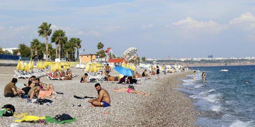 Konyaaltı Plajı cıvıl cıvıl! Deniz keyfi yaptılar