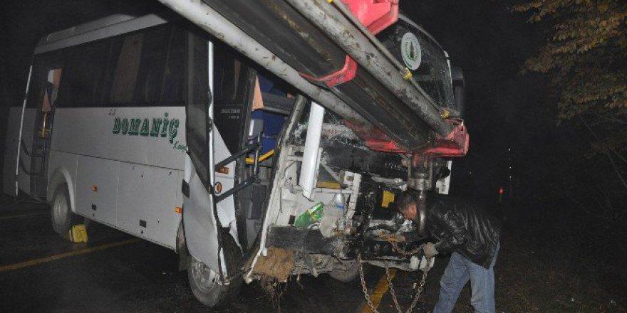 İnegöl-Domaniç Karayolunda Servis Aracı Duvara Çarptı; 11 Yaralı