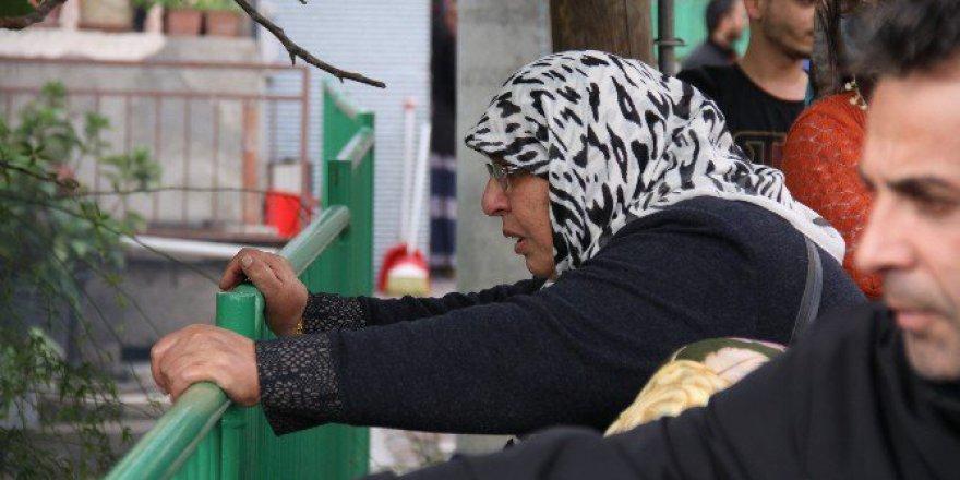 Kocaeli, İzmit'te Yaşlı Kadın Yanan Evini Gözyaşları İçinde İzledi