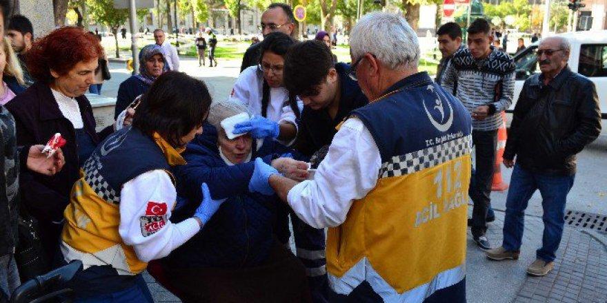 Eskişehir'de Kaldırımdan İnerken Yaralanan Yaşlı Kadın Hastanelik Oldu