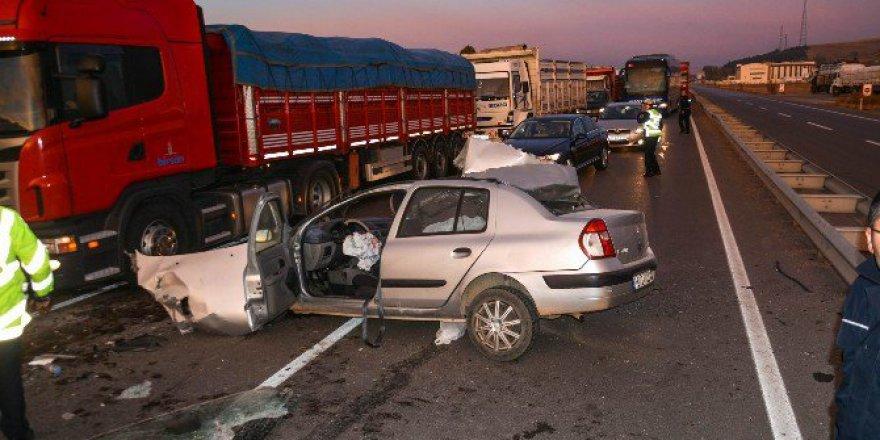 Sivas'ta Otomobil Kamyona Çarptı: 1 Ölü, 3 Yaralı