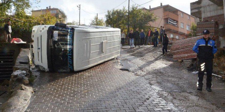 Zonguldak'ta Kontrolden Çıkan Minibüs Devrildi: 2 Yaralı