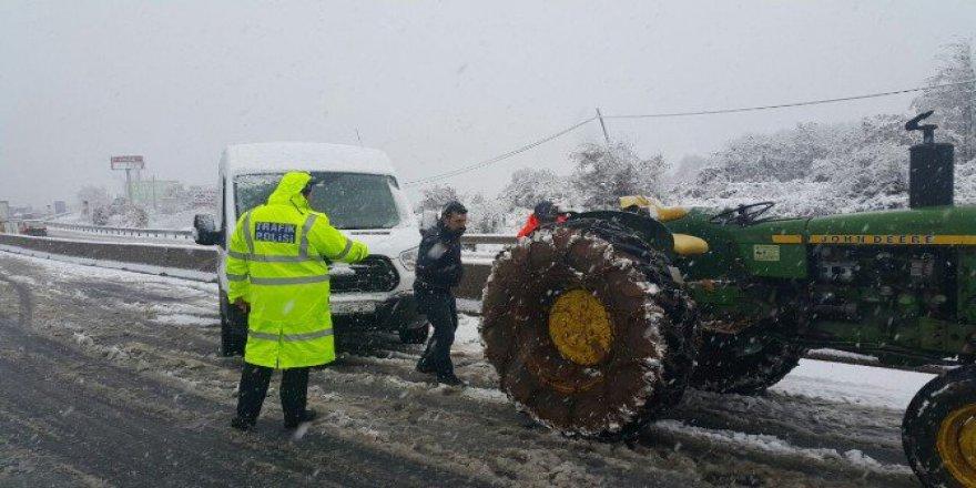 Bolu Dağı'nın Düzce Kesiminde Kar Yağışı Yolu Trafiğe Kapattı
