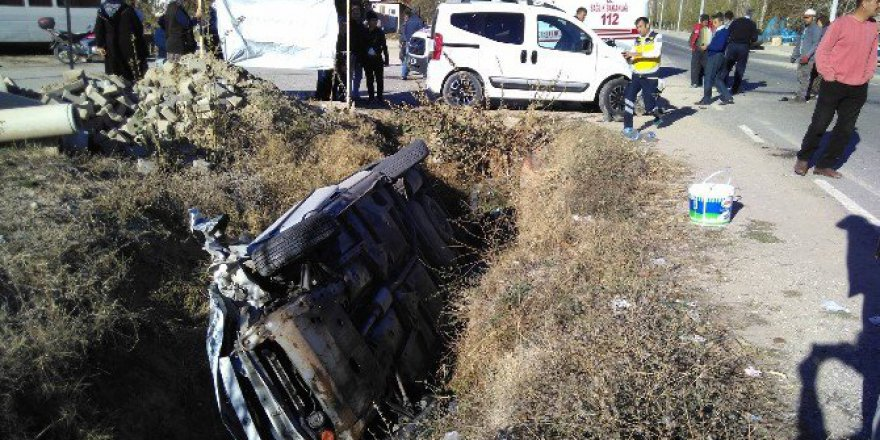 Kütahya, Pazarlar'da Trafik Kazası: 3 Yaralı