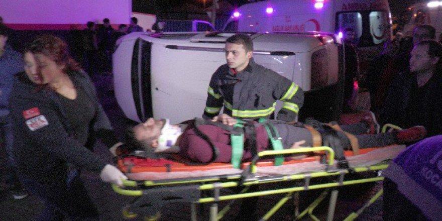 Kocaeli, İzmit'te Otomobilin Çarptığı Ticari Araç Yan Yattı: 5 Yaralı