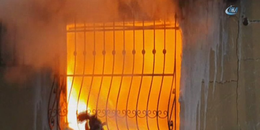 Beyoğlu'nda bir ev alev alev yandı! Mahalleli sokağa döküldü