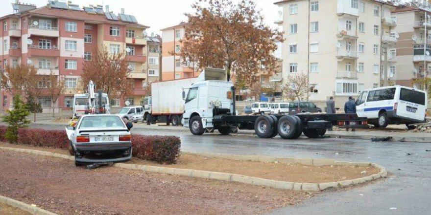 Karaman'da Polis Minibüsü ile Otomobil Çarpıştı: 1'i Polis 2 Yaralı