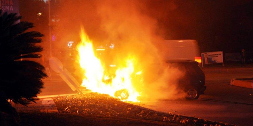 Orta refüje çarpan otomobil alev alev yandı