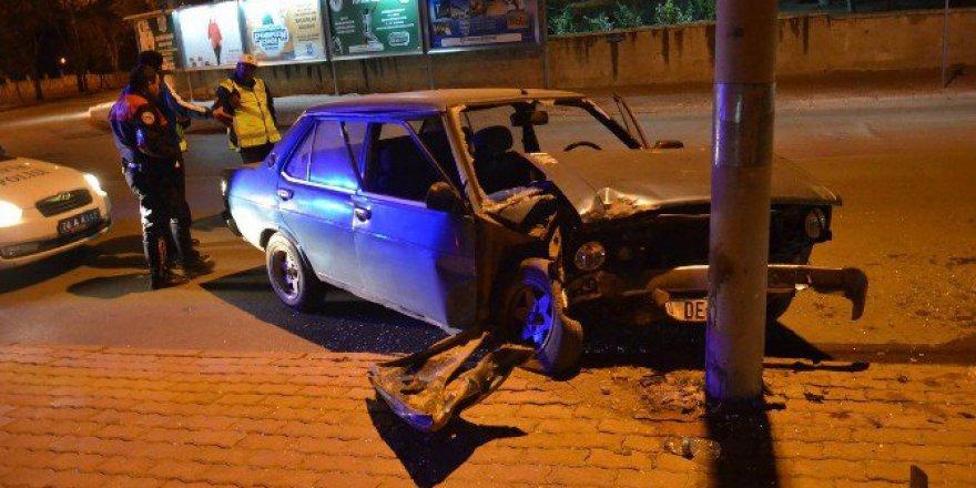 Karaman'da Aydınlatma Direğine Çarpan Otomobil Kullanılamaz Hale Geldi