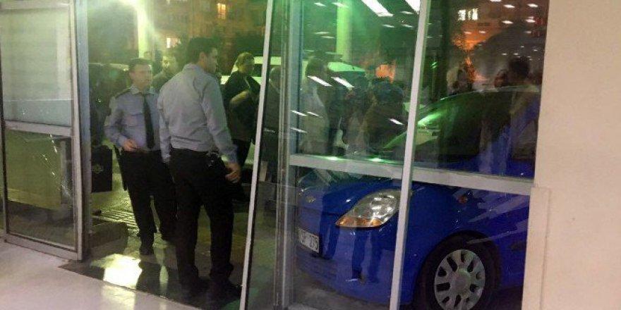 İzmir'de Korkutan Olay! Otomobiliyle Acil Servise Girdi