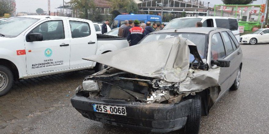 Manisa-Akhisar Karayolunda 3 Araç Birbirine Girdi: 1 Yaralı