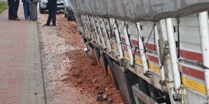 Bursa'da Yol Çöktü! 2 TIR Yan Yattı