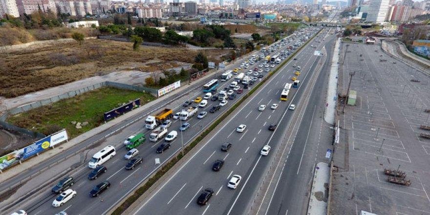 İBB'nin bitmeyen çalışması Anadolu Yakası'nın D-100 karayolu trafiğini kilitledi