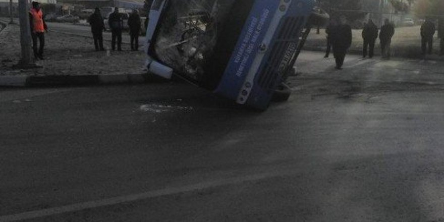 Kütahya'da Kamyon ile Özel Halk Otobüsü Çarpıştı: 13 Yaralı