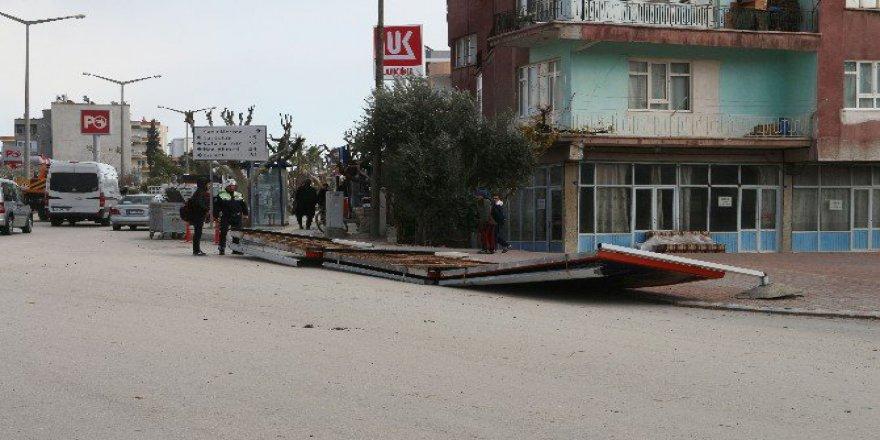 Mersin'de Reklam Panosu Rüzgarın Etkisiyle 2 Öğrencinin Üzerine Düştü