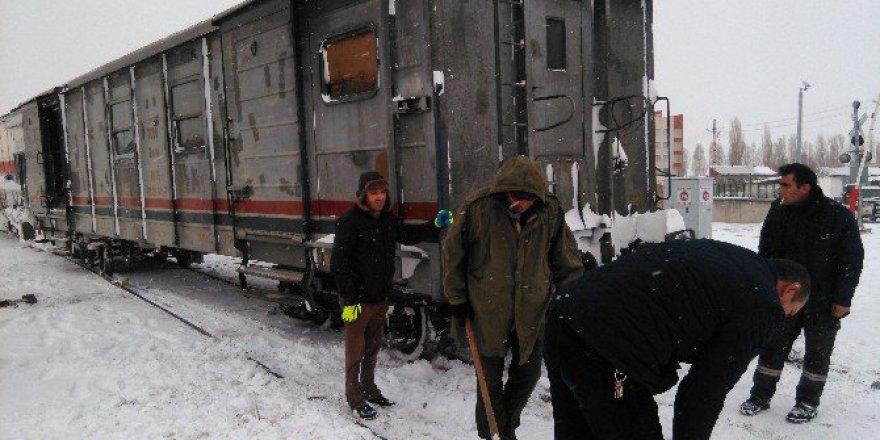 Tipi ve Kar Yük Trenini Raydan Çıkardı!