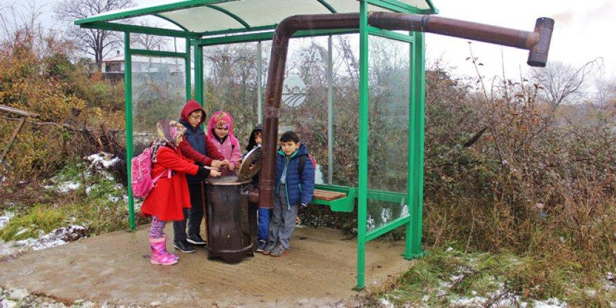Orhan Yılmaz Çocukları üşümesin diye otobüs durağına soba kurdu