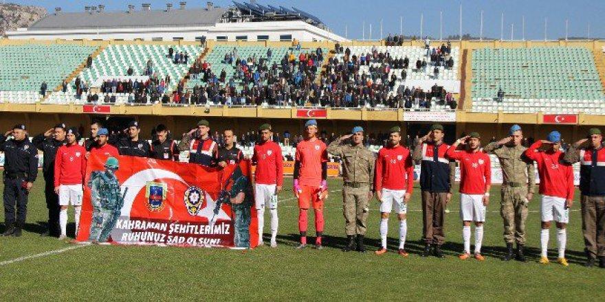 Futbolculara Sahaya Polis Ve Asker Beresi İle Çıktı