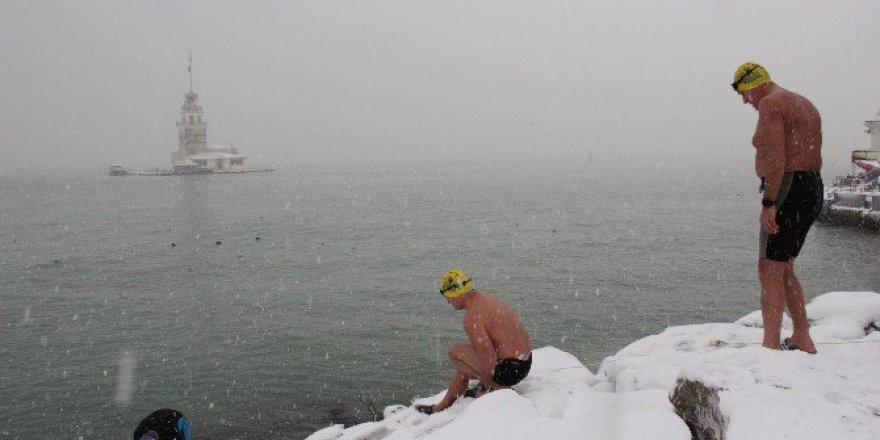 Buz gibi havada Üsküdar'da denize girdiler!