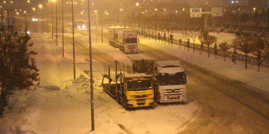 Konya'da Yoğun Kar Yağışı Ulaşımı Olumsuz Etkiliyor