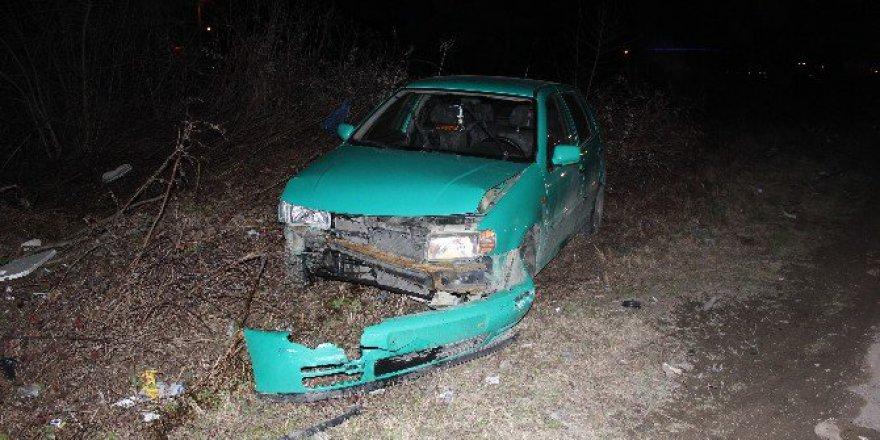 Sakarya'da İki Otomobil Kafa Kafaya Çarpıştı: 3 Yaralı
