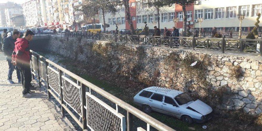 Tokat'ta Otomobil Dereye Uçtu: Orhan Erek yaralı