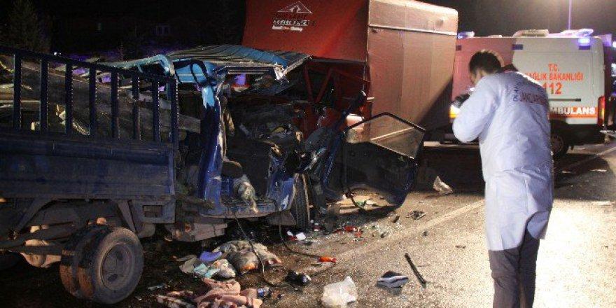 Kocaeli, Kandıra'da Kamyonetler Kafa Kafaya Çarpıştı: 1 Ölü, 4 Yaralı