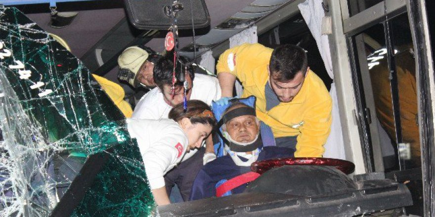 Denizli'de Antalya Yolu Üzerinde Zincirleme Kaza: 17'si Öğrenci 25 Yaralı