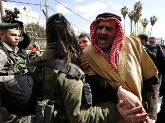 İsrail Askeri, El Halil Camisi'nde Toplanan Cemaati Zorla Dağıttı