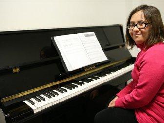 Eda Bayrak Piyano Aşkı ile engel Tanımıyor