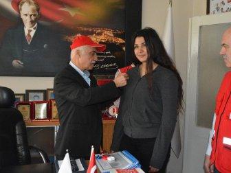 Genç Boksör Emine Kabakcıoğlu'na Kızılay'dan Ödül