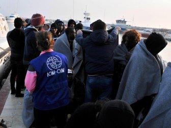 Ayvacık'ta 35 Kaçak Göçmen Su Alan Lastik Bottan Son Anda Kurtarıldı