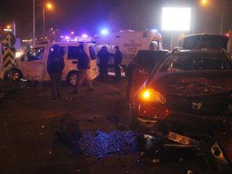 Kayseri, Kartal Kavşağı'nda 2 Otomobil Çarpıştı: 3 Yaralı