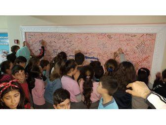 "Okulda ""Düşünceni Dök Duvarı"""