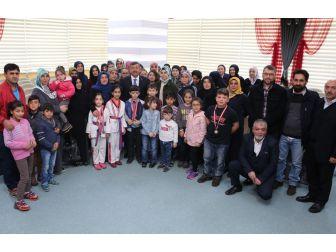 Başkan Karabacak, Minik Tekvandocuları Makamında Ağırladı