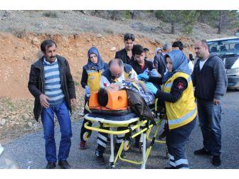 Motosikletle Kamyonet Çarpıştı: 1'i Ağır 2 Yaralı