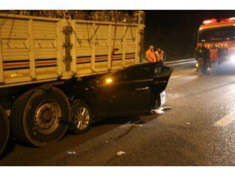 Sakarya'da Otomobil Tırın Altına Girdi: 1 Ölü, 6 Yaralı