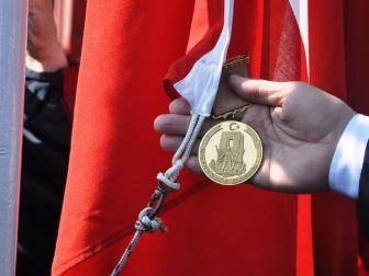 'Çanakkale Geçilmez' Yazılı Altın Madalya, Türk Bayrağıyla Buluşacak